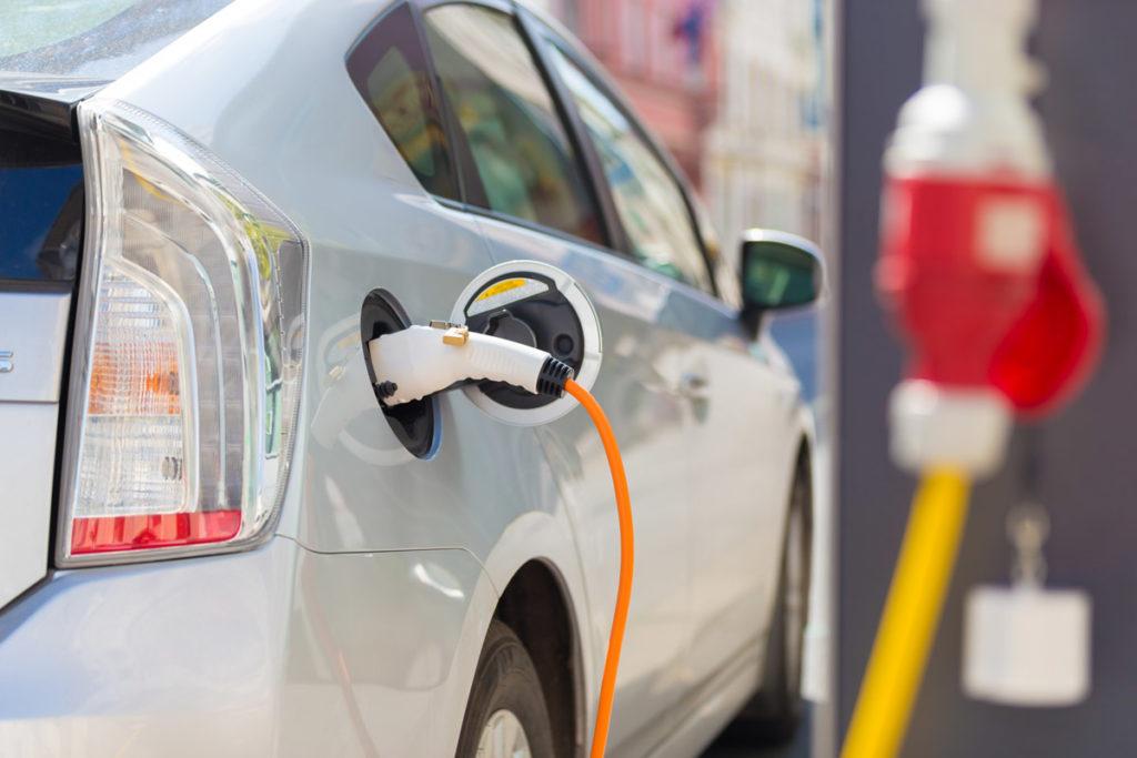 Stationnement pour véhicules électriques avec bornes de recharge